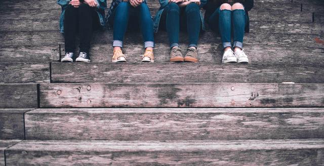 Mujeres sentadas en escalera